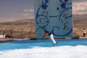 Ski - Freestyle im Sommer: Verschiedene Rampen zur Auswahl, ab ins Bassin, welches mittels Sprudelautomat auch weiß