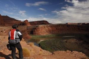 Der Colorado - irgendwann fließt er durch den Grand Canyon. Bereits hier gräbt er sich mehr und mehr ein. ca 18 -23 cm jedes Jahr.
