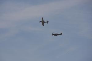 zwei Mustangs am Himmel: P-51
