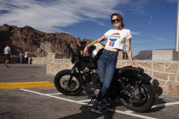 Nicole aus Mendecino mit ihrer Harley