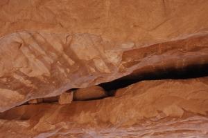 Wir unter dem nördlichen Bogen. Nach oben geschaut und man sieht diese losen Steine. Wann die wohl runter kommen?