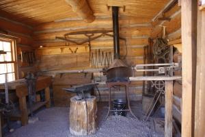 Die damalige Schmiede - er hatte viel zu tun, Wagen, Pferdehufe, Werkzeug...