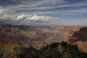 Der Grand Canyon, unten fließt der Colorado - sonst seit Bau des Dammes klar, nach den letzten Gewittertagen aber rot wie die Felsen